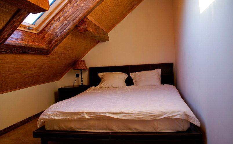 Небольшая, но уютная спальня на мансарде