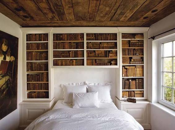 Небольшая спальная комната для книгочеев.