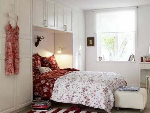 Небольшие спальни оформляем мебелью светлых оттенков