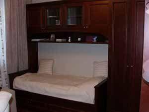 Нельзя сказать, что такая постель привлекательна для семейной пары, но для детской, для того, кто пока в поиске своей половины, она может быть очень хороша (фото «F»)