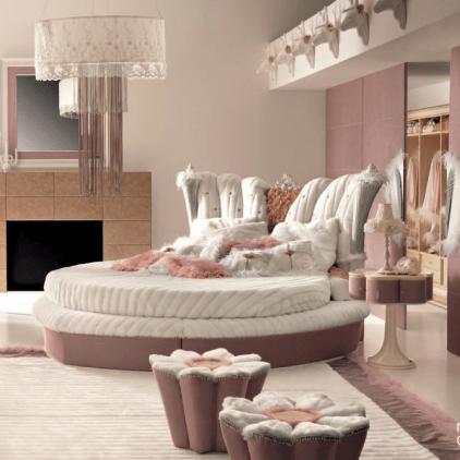 Необычная форма мягкой мебели, характерная для итальянских спален