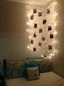 необычное освещение в углу спальни