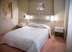 Ниша над кроватью в спальне – это и ещё один способ украсить помещение и привнести в него функциональность