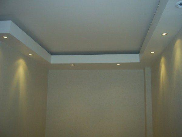 Ниши создают эффект парящего потолка