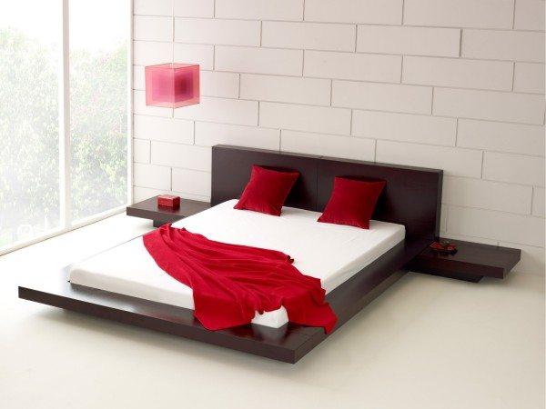 Низкая кровать на подиуме – не менее удачный вариант для небольшого помещения
