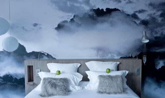 Обои – партнеры в спальне для создания атмосферы отдыха, который, правда, каждый может понимать по-своему – ещё поэт сказал: «Ну, разве в буре есть покой!»