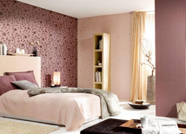 Обратите внимание – подобраны обои на спальню с одним рисунком, но с разной его насыщенностью, что создаёт интересный эффект преемственности (фото «А»)