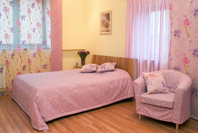 Очарование Франции можно воссоздать и в небольшой городской спальне