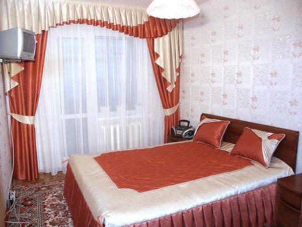 Очень гармонично смотрятся занавеси, которые выполнены в одной цветовой гамме с убранством кровати.