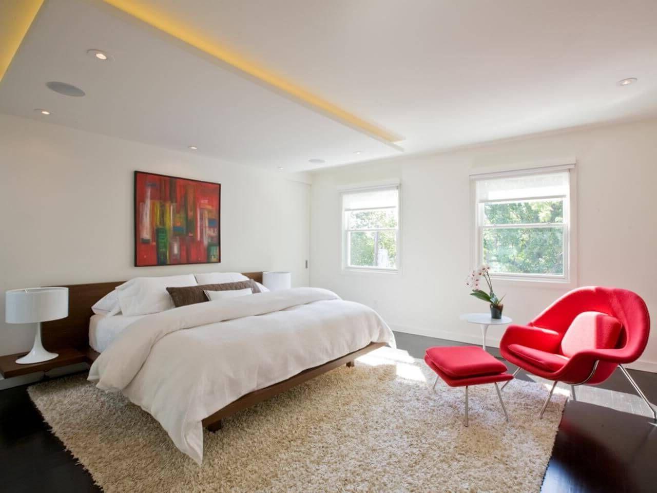 Очень красивая белая спальня с минимальным освещением
