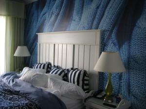 Очень необычное и уютное решение: дизайн маленькой спальни и обои с изображением вязаного пледа