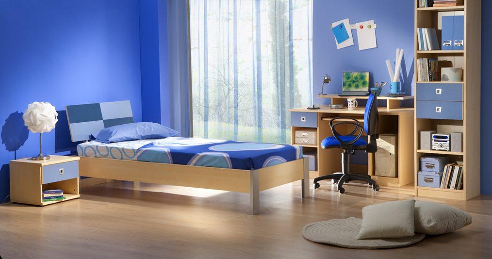 Однотонные синие обои в детской спальне