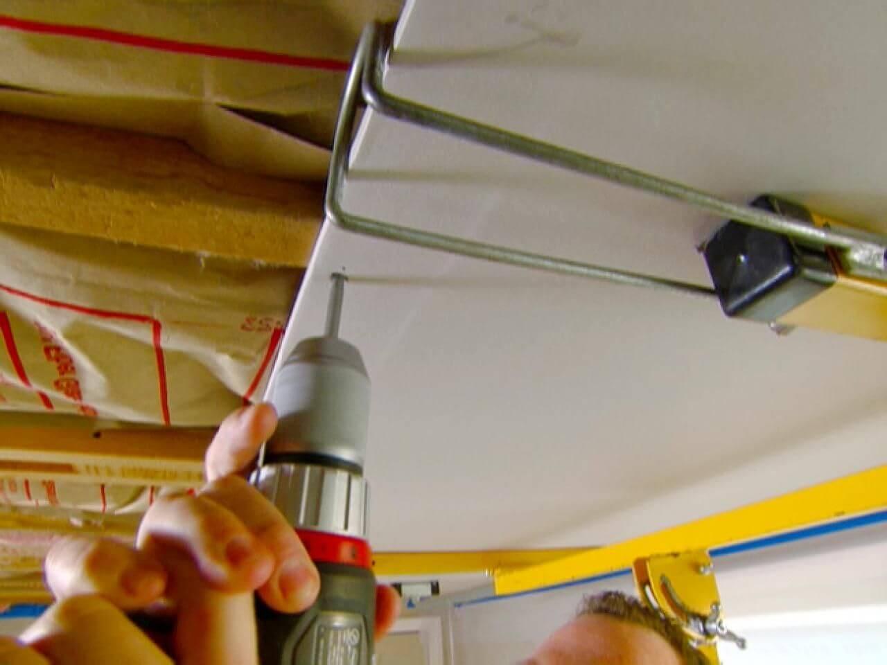 крепёж одноуровневого гипсокартонного потолка