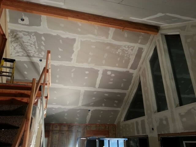 гипсокартон на потолке с замазанными швами