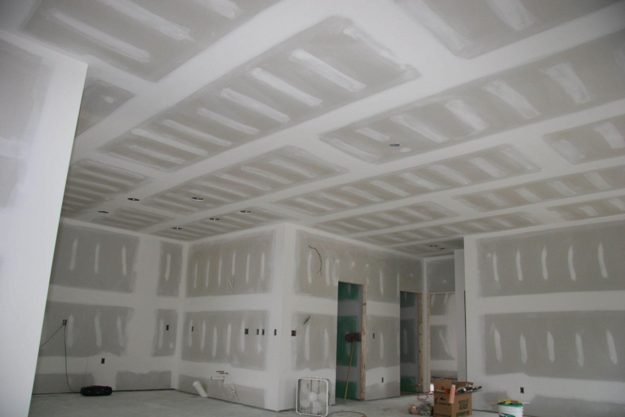 свежий ремонт из гипсокартона на потолке