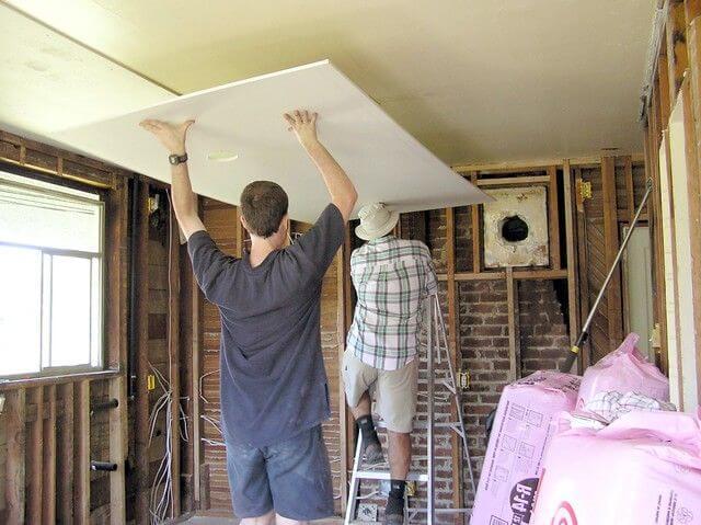 поднятие листа гкл на потолок для крепления