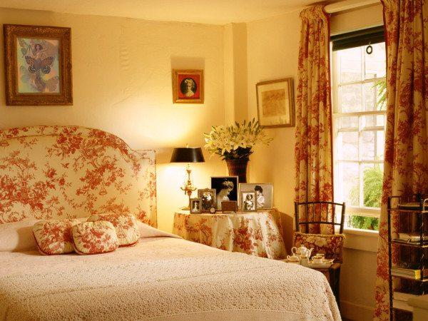 Одной тканью украшаем окно, изголовье кровати, подушечки, стол.