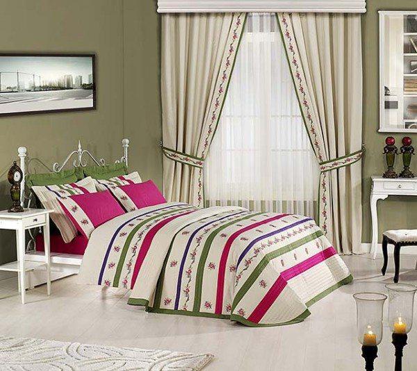 Оформление окон для маленькой спальни лучше выглядит в светлых тонах.