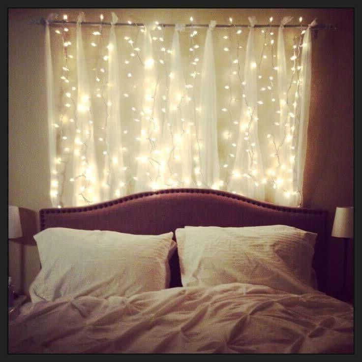 огни света у изголовья кровати в спальне