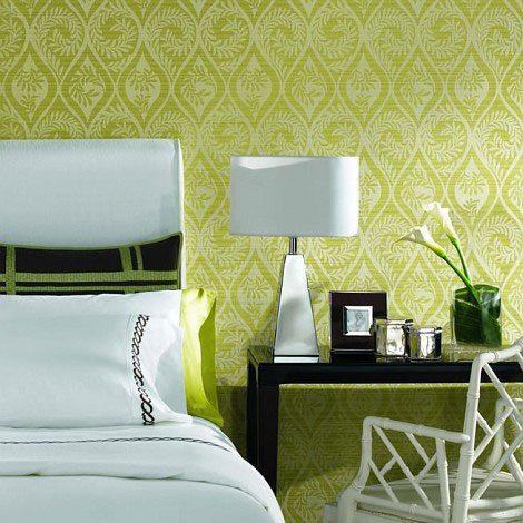 Оливковые обои в интерьере спальни.