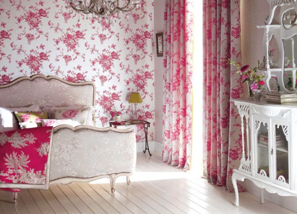 Оптимальный вариант для маленькой спальной комнаты с мелким рисунком.