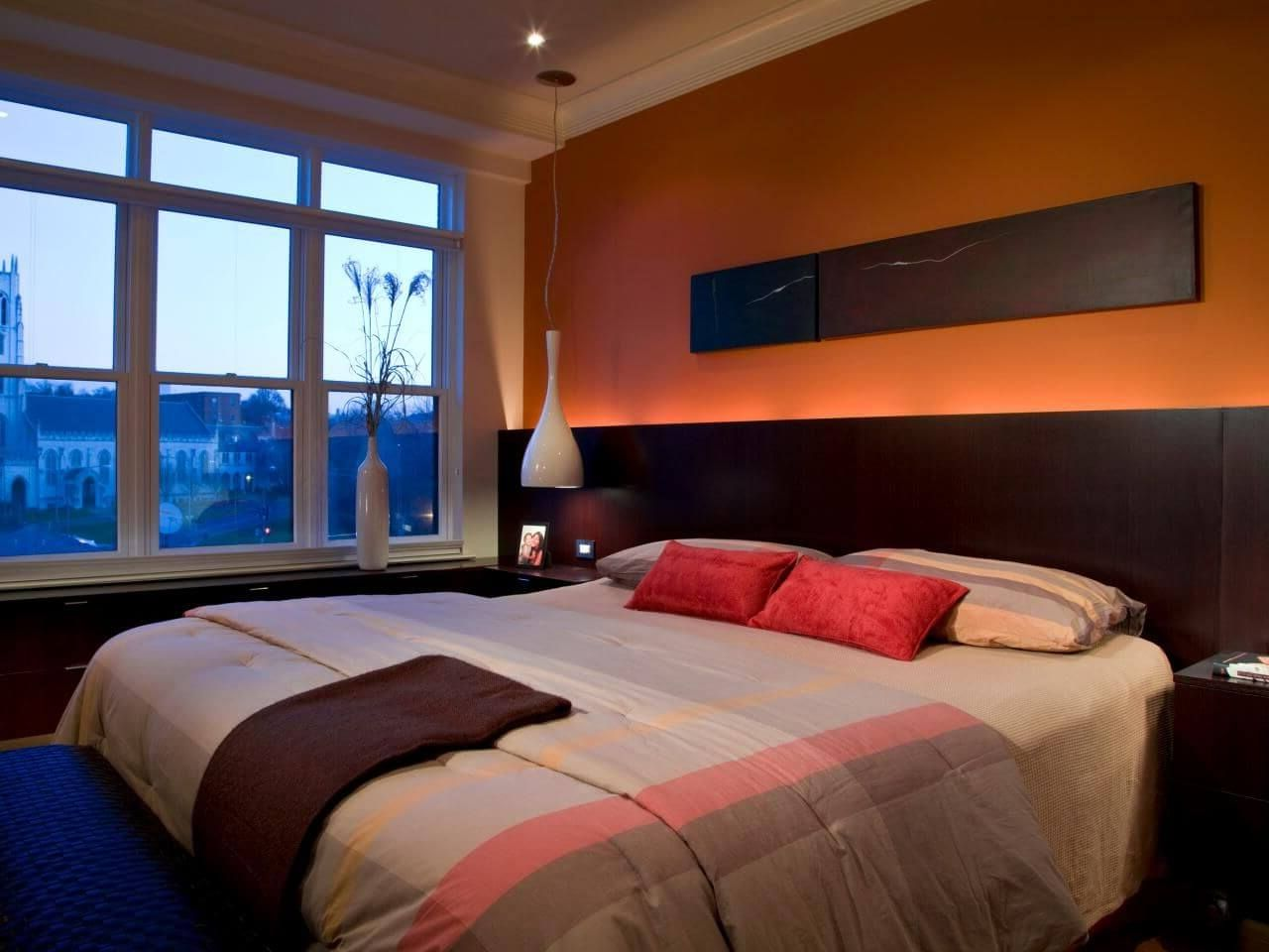 оранжевая подсветка в спальне