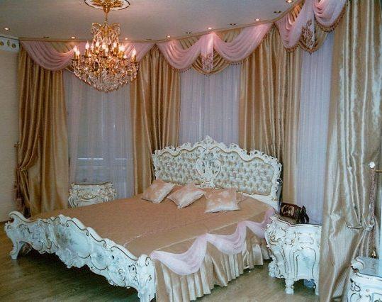 Оригинальная драпировка и ламбрекены придают убранству окна изысканный вид.