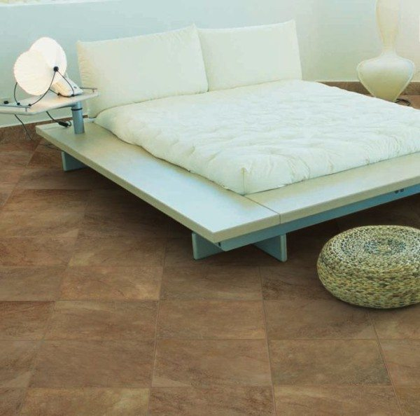 Оригинальная плитка в спальне на полу из керамического гранита.