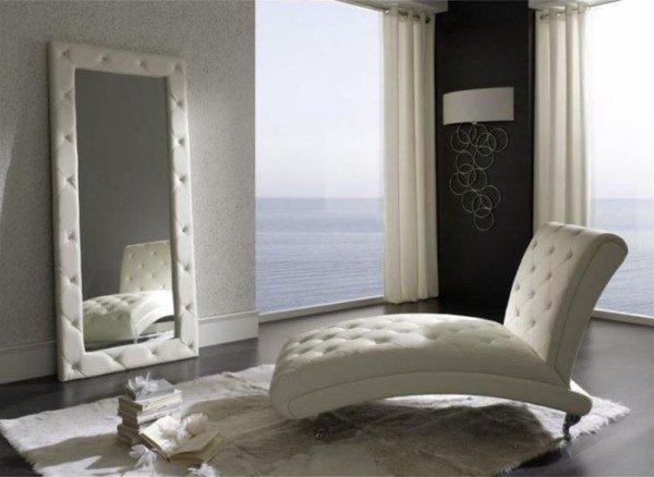 Оригинальное белое кресло в необычной спальне