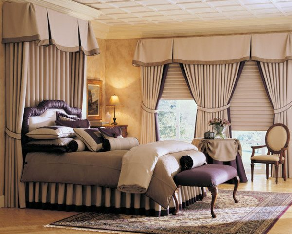 Оригинальные загибы на ткани зрительно увеличивают площадь и делают комнату выше