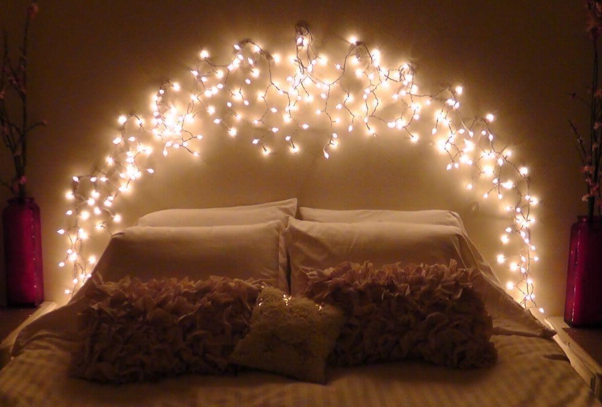 освещение в спальне в виде арки над кроватью