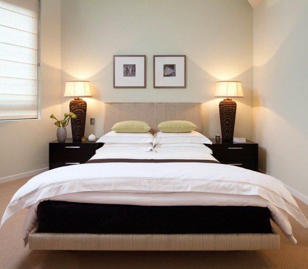 Откажитесь от обильного количества картин и фотографий на стенах, достаточно будет одной или двух в изголовье кровати.