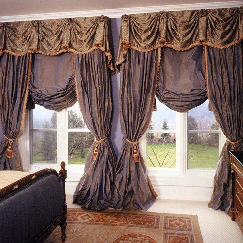 Отличным вариантом для оформления окна в спальне, дизайн которой решен в классическом стиле, станут английские гардины.