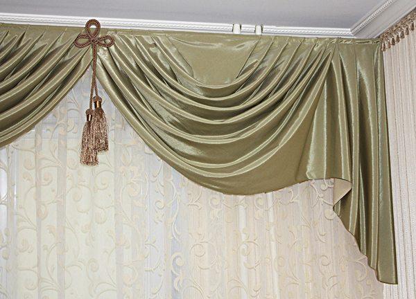 Помимо окон эти декоративные изделия часто вешаются над кроватями