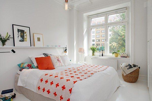 Потолок и стены желательно окрасить в светлые или белые тона.