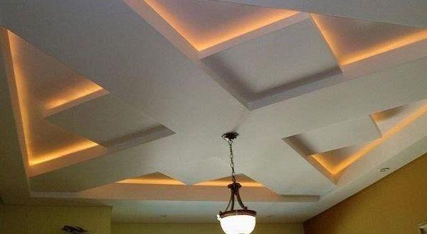сложная конструкция из гипсокартона на потолке в спальне