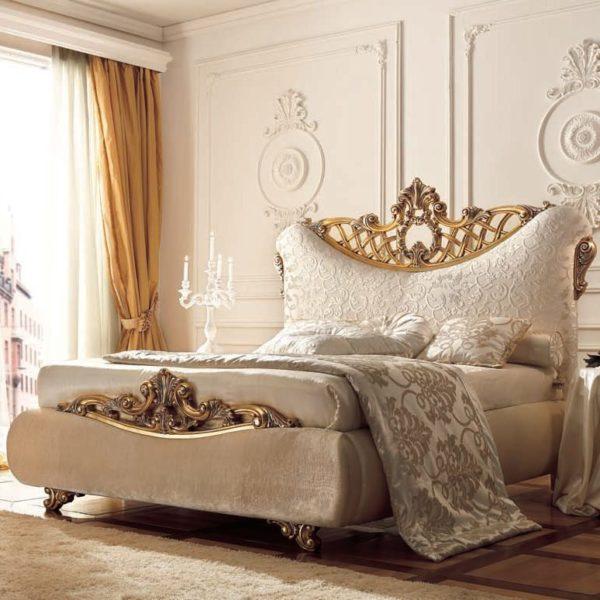 Повторение оригинального вензеля в оформлении стен и каркаса кровати