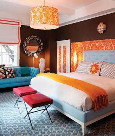 При использовании большого количества ярких цветов, комната может стать, слишком пестрой - перестарайтесь.