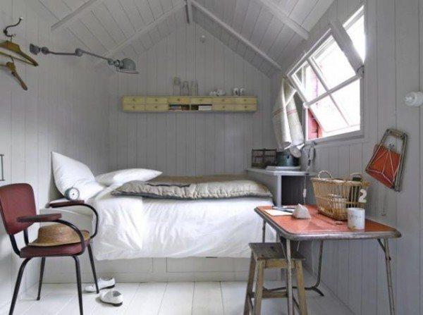 Пример оформления небольшой спальни в мансарде.