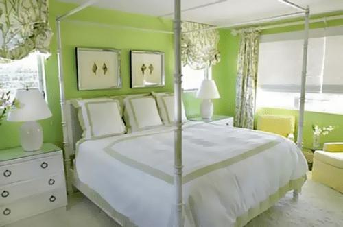 Пример спальни в бело-зеленой цветовой гамме: нежность и спокойствие царит в атмосфере