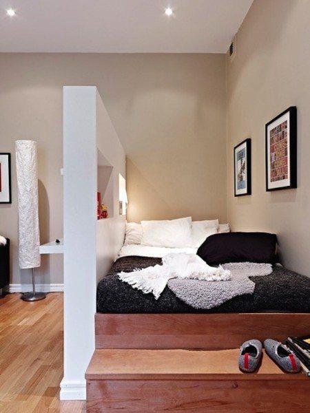 Пример того, как сделать из гостиной спальню и гостиную - поставьте подиум