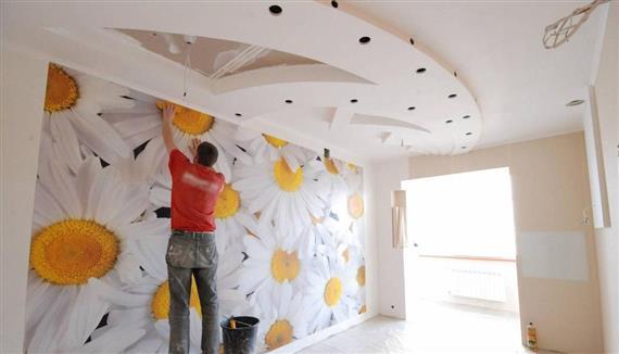 Процесс оклейки стен требует определенных навыков и сноровки