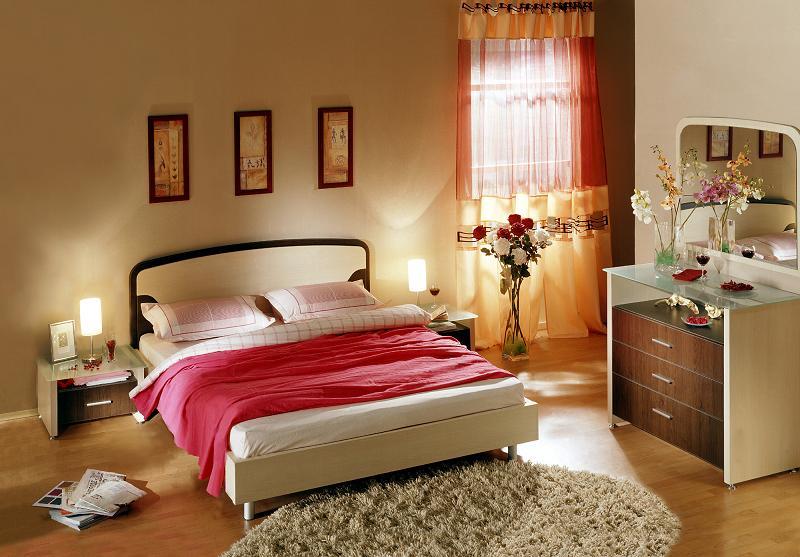 Пурпур с малиновым отливом эффектно сочетается со спокойной отделкой пола, стен и потолка в бежевых тонах