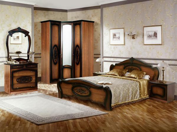 Распашной угловой шкаф для спальни с зеркалом.