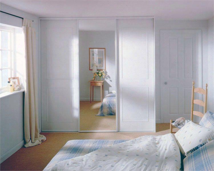 Раздвижные дверцы шкафа не требуют дополнительного места в спальне.