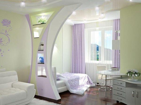 Разграничение комнаты при помощи арочной конструкции.