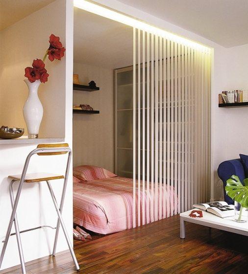 Разграничение комнаты при помощи занавесей по типу жалюзи.
