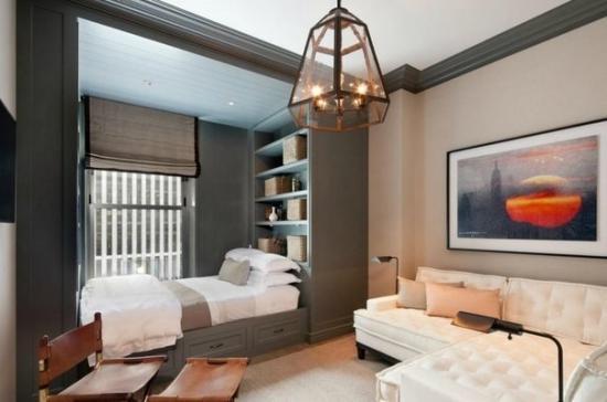 Разграничение при помощи перегородки, построенной по типу шкафа-купе, в которой размещено спальное место (при необходимости дверцы задвигаются).