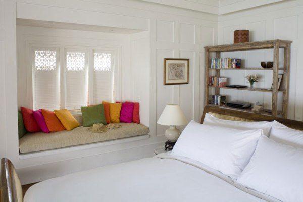 Разноцветные подушки в качестве акцентов