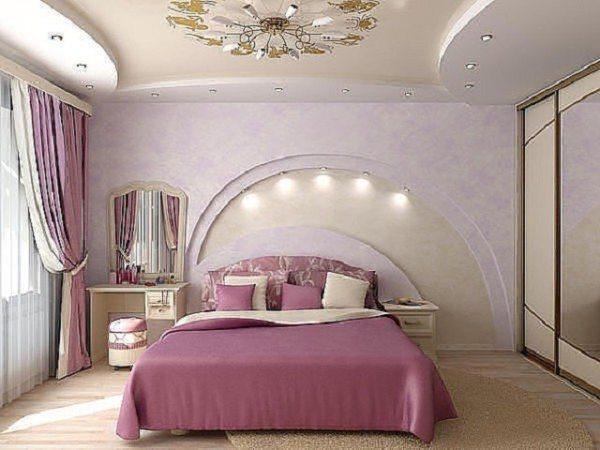 Разумно люстра поднята впритык к потолку, хотя дизайн спальни 3х3 и не предполагает этого элемента интерьера